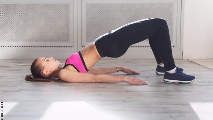 Foto de una mujer haciendo ejercicio de elevación de pelvis