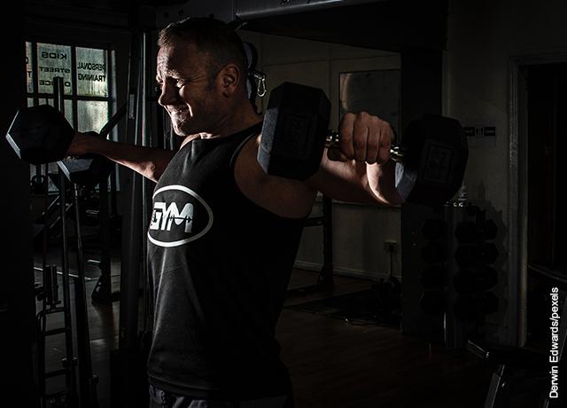 Foto de hombre haciendo pesas