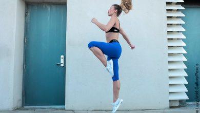 Foto de mujer haciendo ejercicio que ilustras ejercicios para piernas y gluúteos en casa