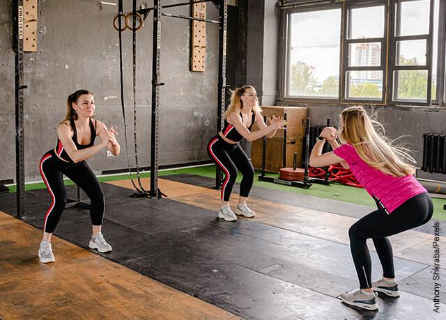 Foto de mujeres haciendo ejercicio en gimnasio