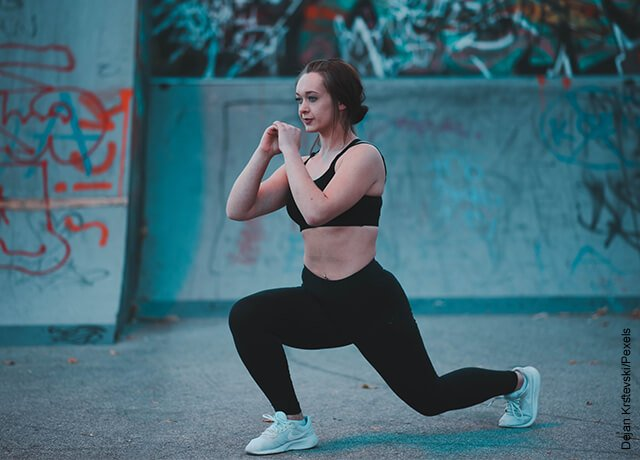 Foto de mujer haciendo ejercicio en parque