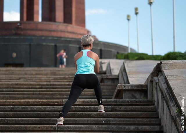 Foto de mujer haciendo ejercicio en escaleras de un parque