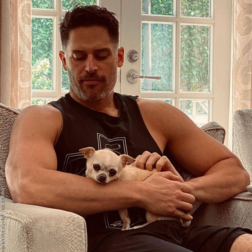 Foto de Joe Manganiello con su mascota en los brazos