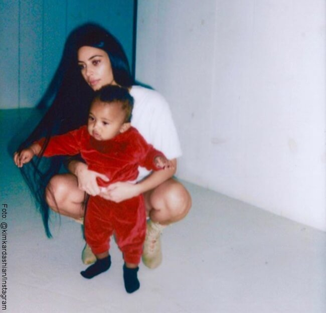 Kim Kardashian con su hijo menor
