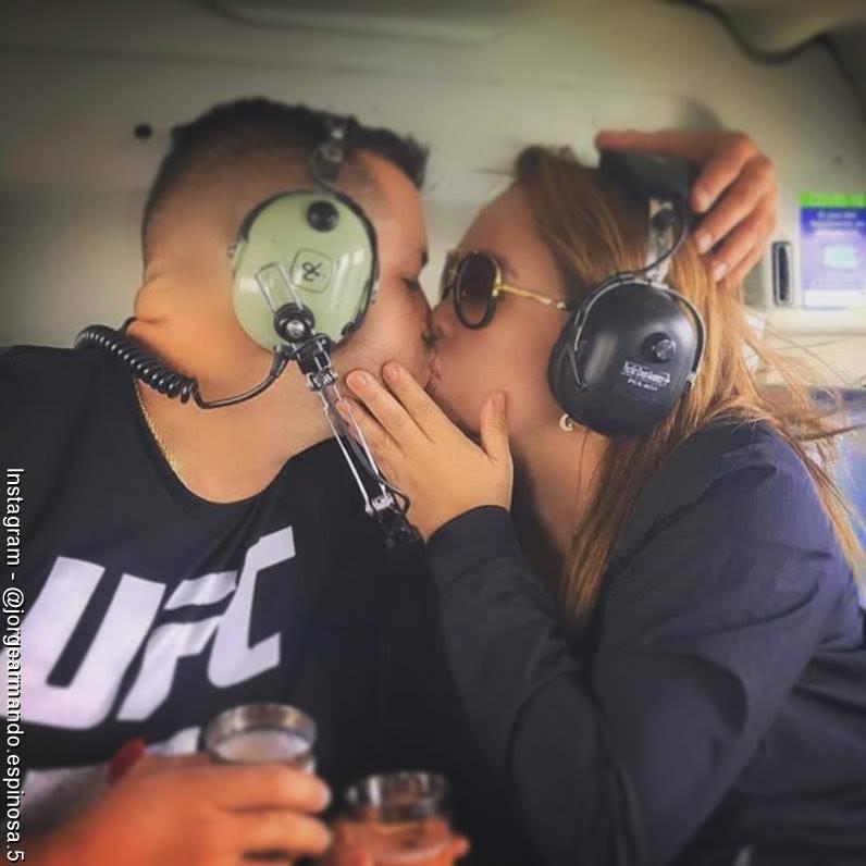 Foto de Jorge Espinosa y Sandra Barrio ex de Jessi Uribe dándose un beso