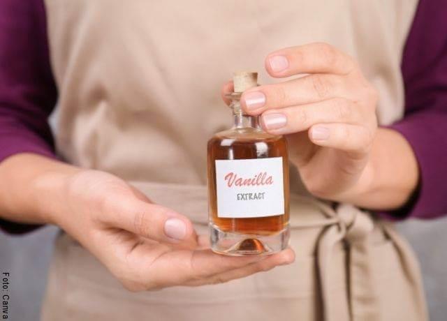 Foto de un frasco con esencia de vainilla