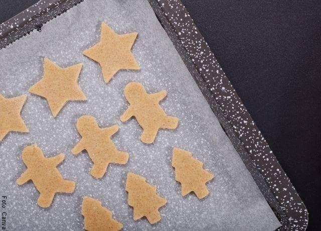 Foto de galletas crudas en molde para hornear