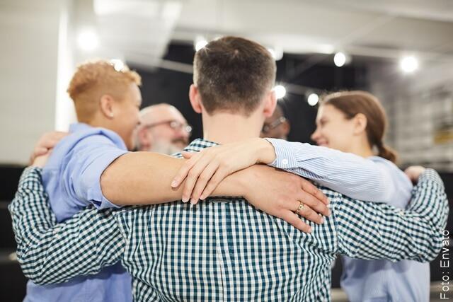 foto de amigos reunidos en un abrazo