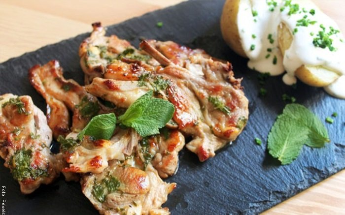 Foto de un plato de comida con ingredientes como hierbabuena