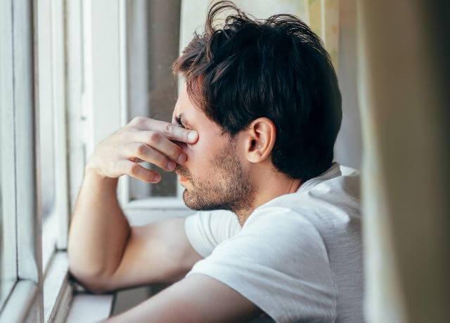 Foto de un hombre preocupado para ilustrar el horóscopo negro