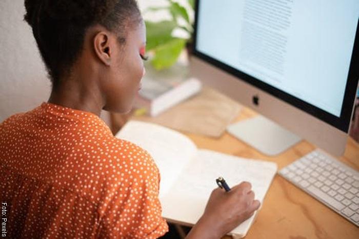 Foto de una mujer tomando clases por internet