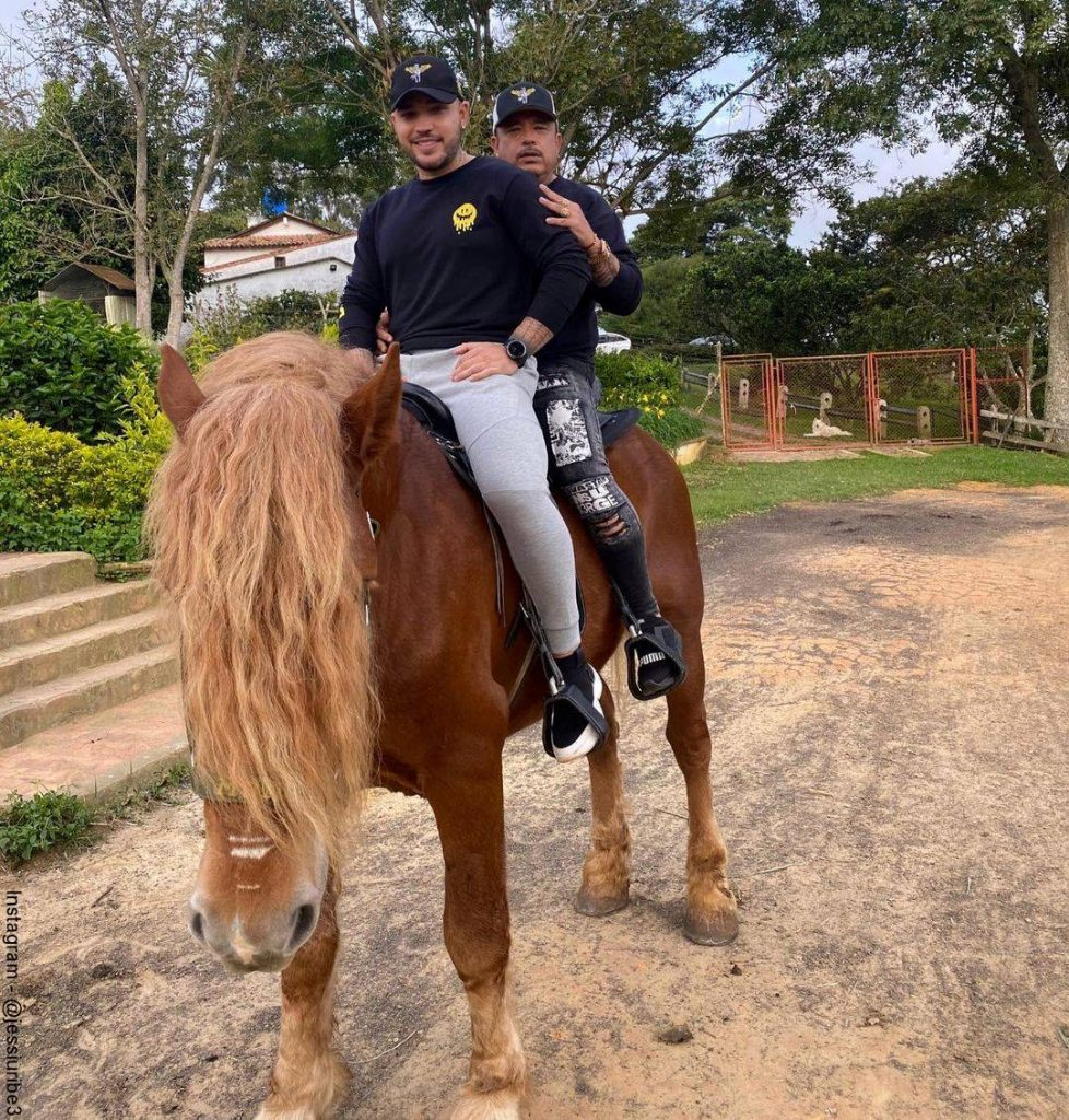 Foto de Jessi Uribe y su padre Fernando Uribe montando a caballo