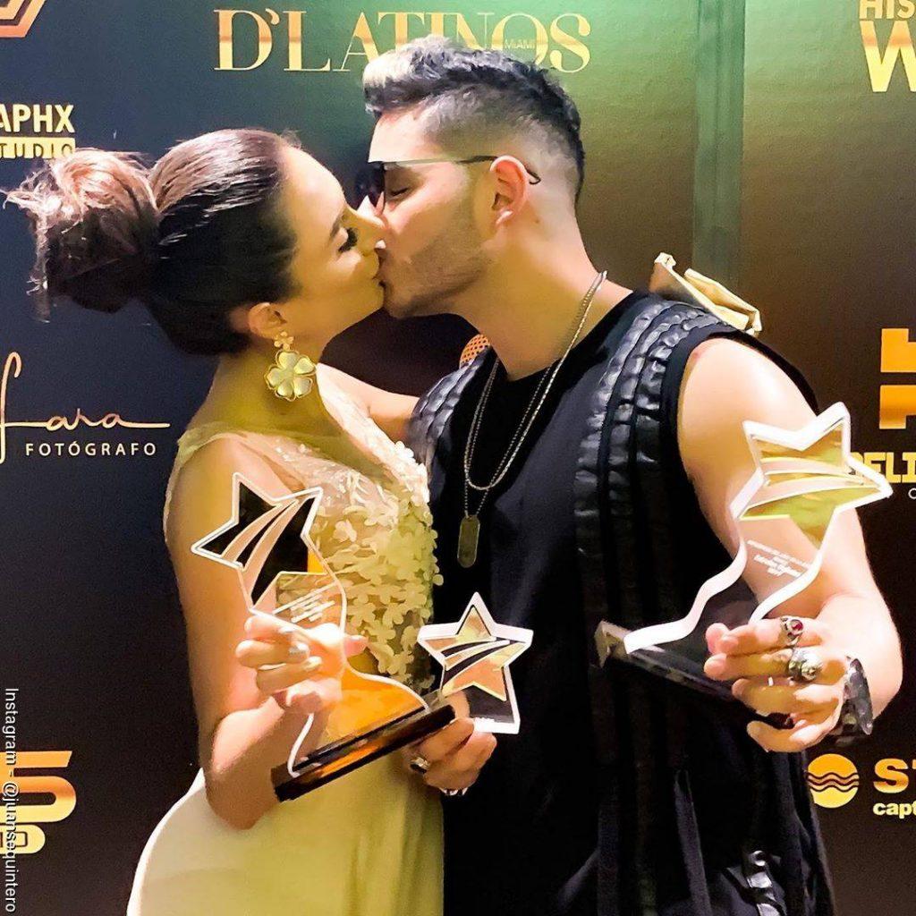 Foto de Juanse Quintero y Johanna Fadul celebrando sus premios Estrellas Digitales