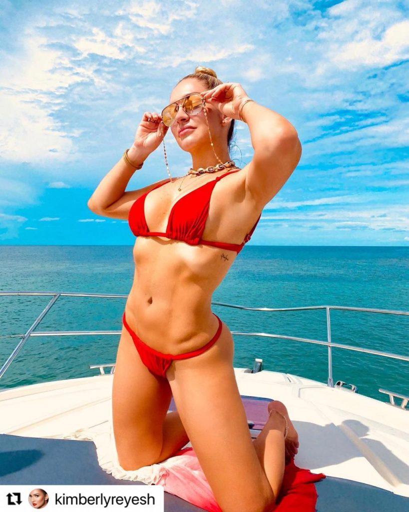 Kimberly Reyes mostrando su figura en bikini rojo, sobre un yate.