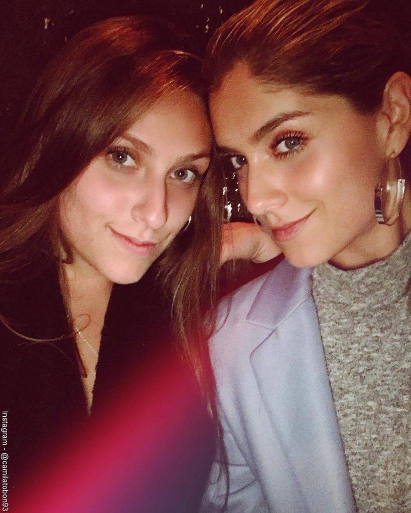 Foto de Camila Tobón y su hermana Laura durante una celebración