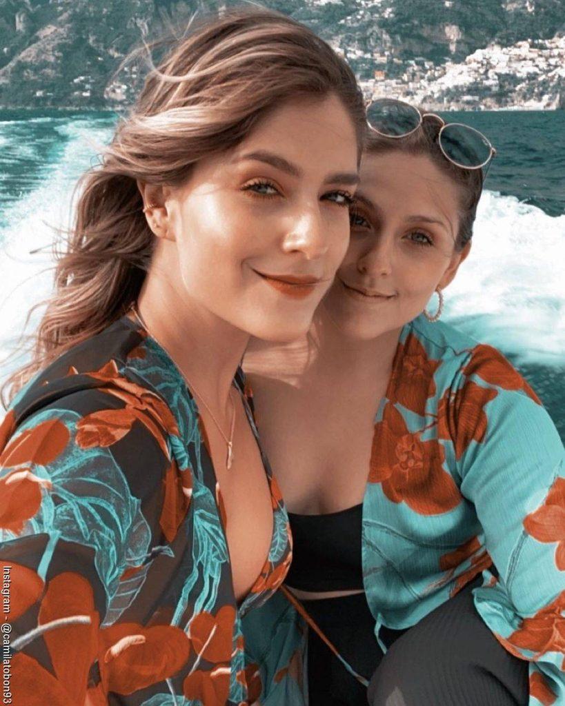 Foto de Laura Tobón al lado de su hermana Camila sobre un yate