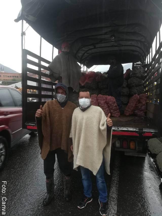 Foto de campesinos junto a papas en camión