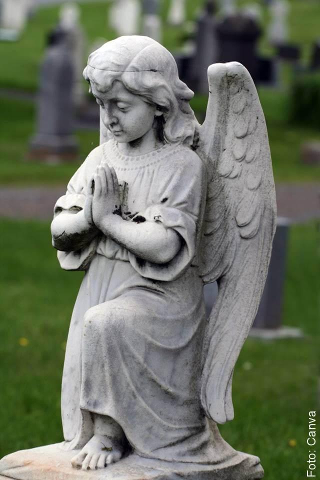Foto de la estatua de un ángel rezando