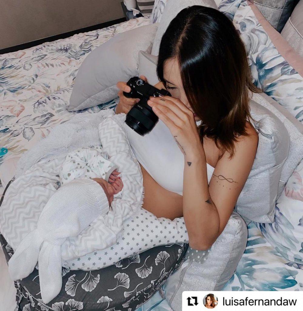 Luisa Fernanda W fotografiando a su bebé recién nacido.