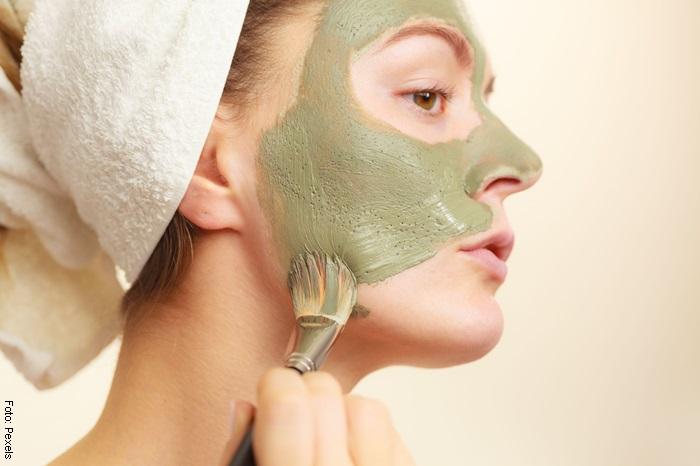 Foto de una mujer aplicando mascarilla arcilla verde