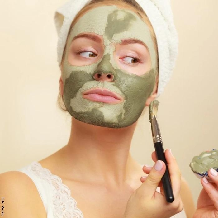 Foto de una mujer usando mascarilla de arcilla verde