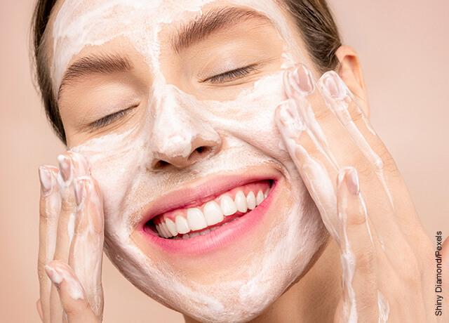 Foto de una mujer sonrientes que refleja como hacer una mascarilla colágeno