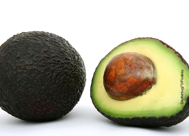 Foto de un agucate partido por la mitad qye muestra una mascarilla de aceite de coco