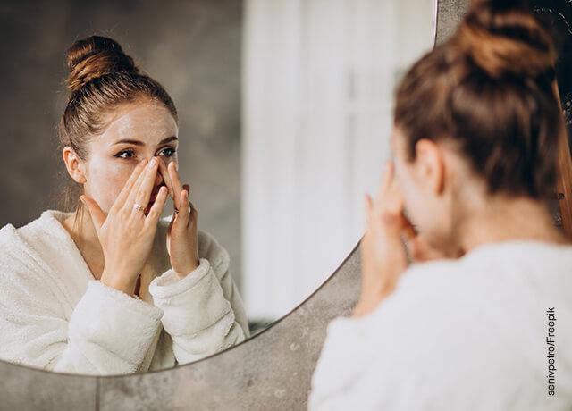 Foto de una mujer frente al espejo en bata