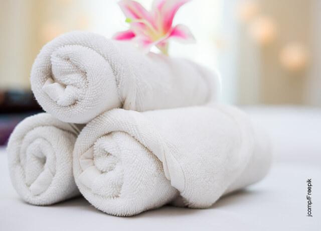 Foto de unas toallas blancas dobladas