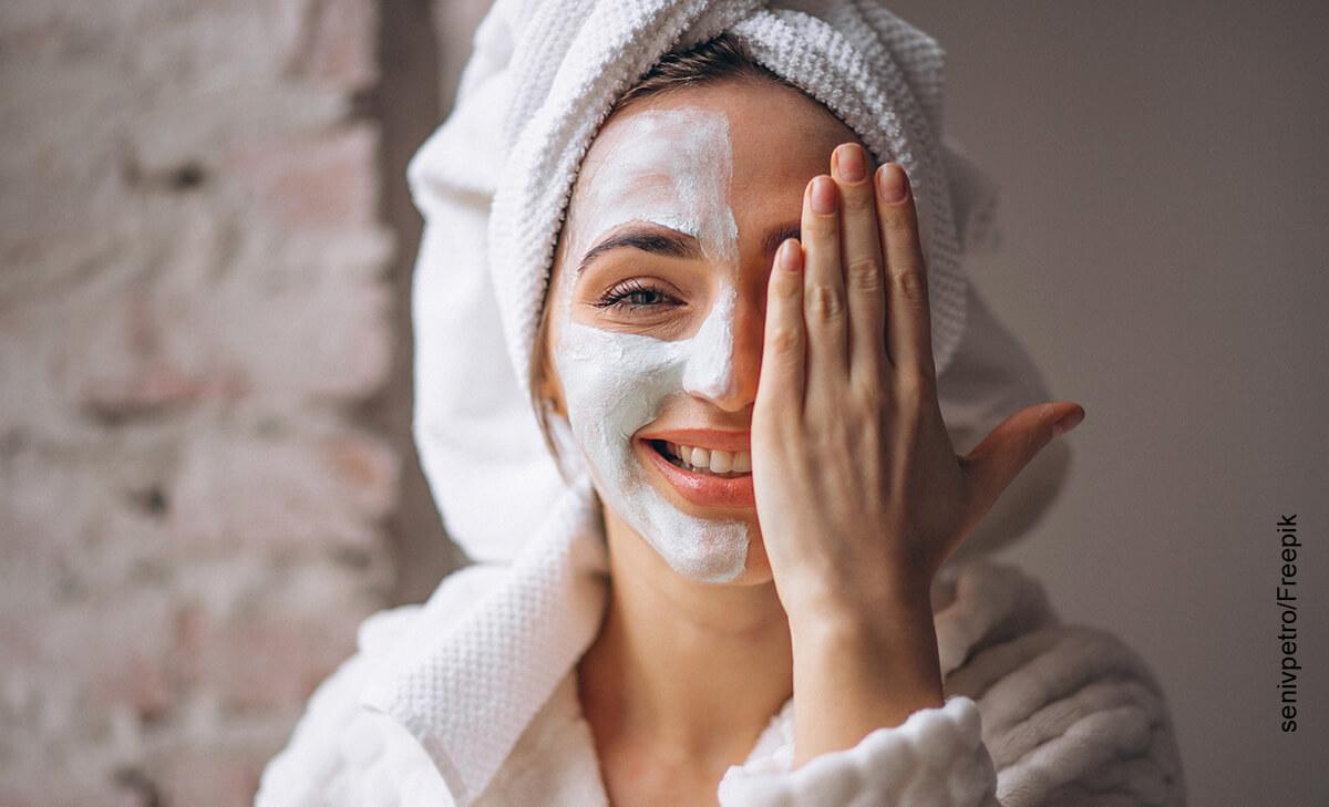 Foto de una mujer sonriente con una mascarilla en el rostro