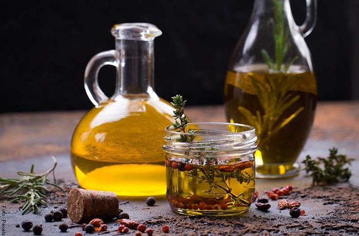 Foto de una botella de aceite y café para ilustrar mascarilla de aceite de oliva