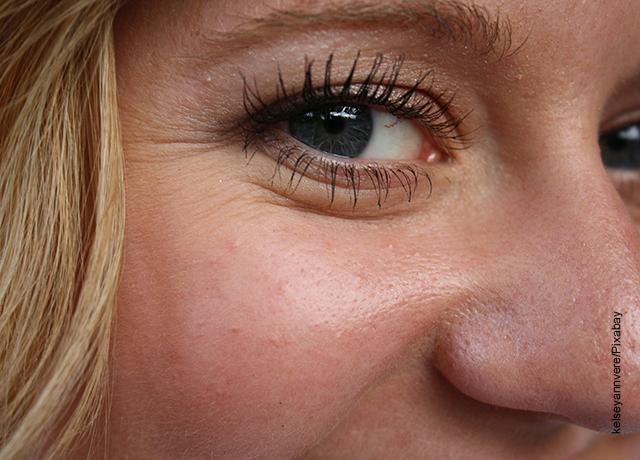 Foto de los ojos de una mujer rubia