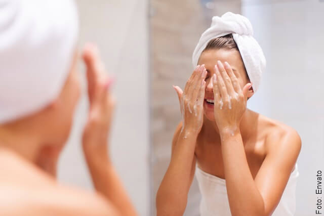 foto de mujer lavandose el rostro
