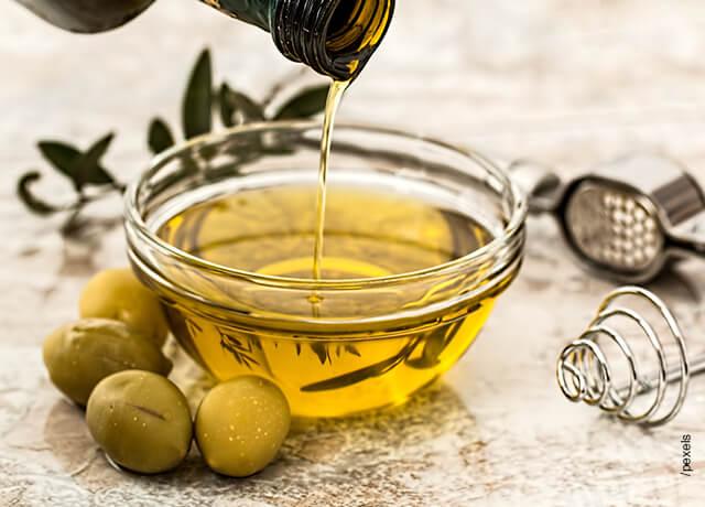 Foto de aceite vertido en una vasija que muestra una mascarilla de maizena