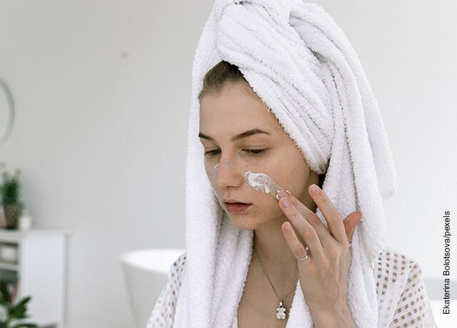 Foto de mujer aplicándose una mascarilla