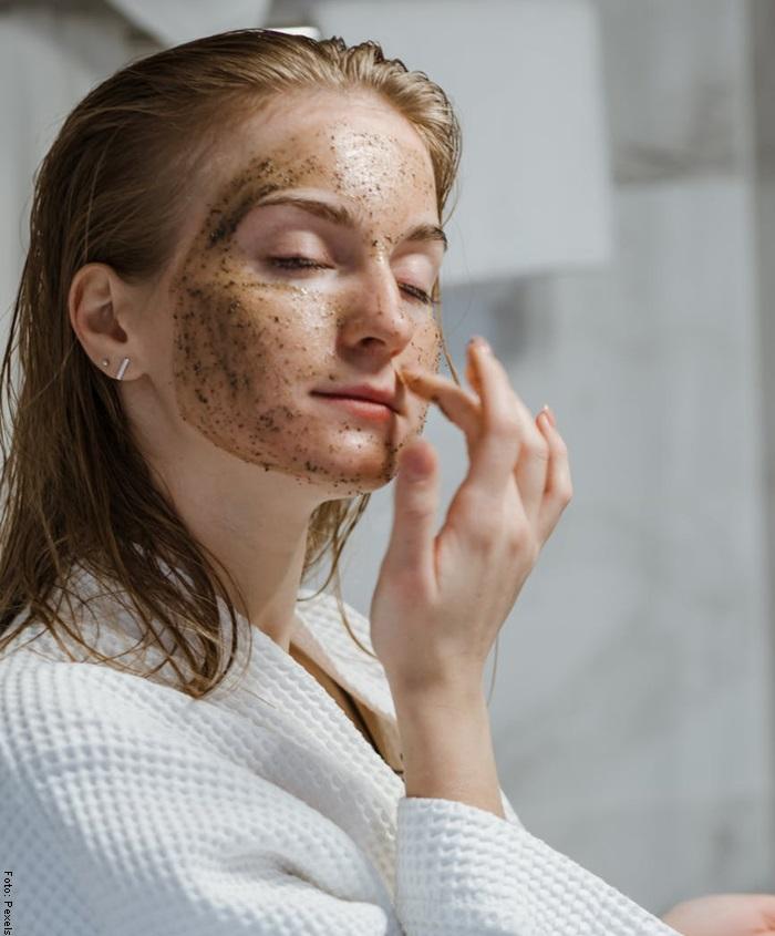 Foto de una mujer aplicándose mascarilla exfoliante casera