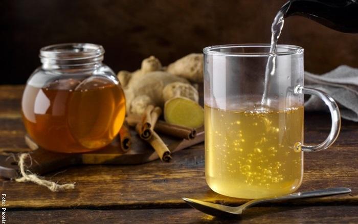 Foto de un vaso de agua y un frasco de miel para ilustrar mascarilla de harina de arroz