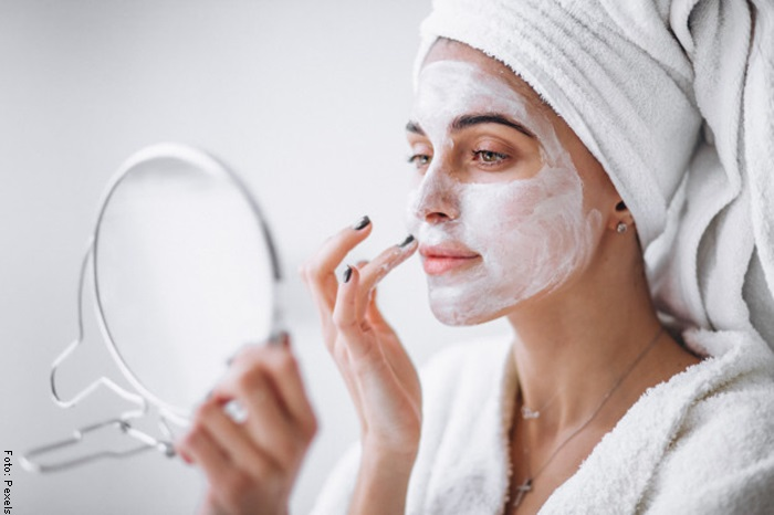 Foto de una mujer aplicando mascarilla