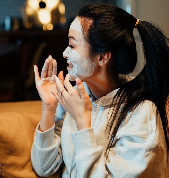 Foto de una mujer aplicando mascarilla para las manchas de la cara