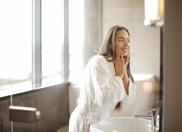 Foto de una mujer mirándose al espejo