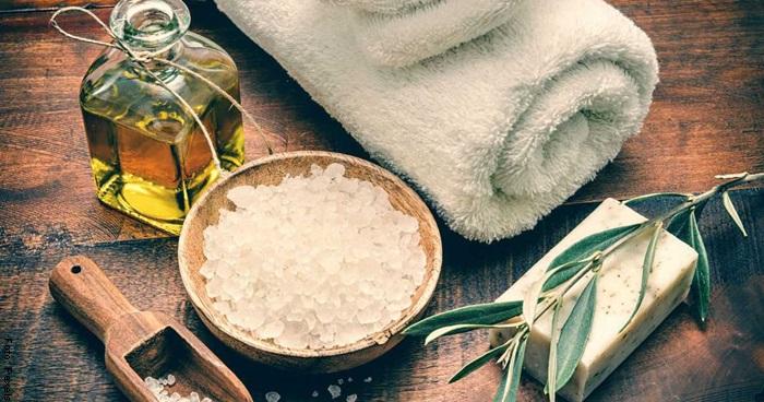 Foto de aceite y sal para ilustrar mascarilla para pies