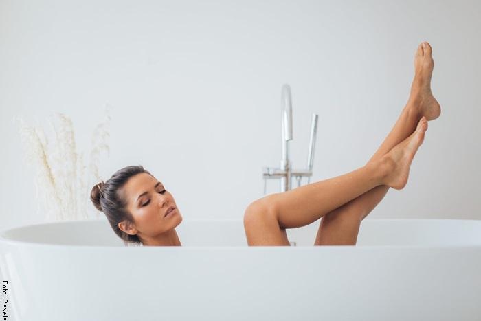 Foto de una mujer en el baño