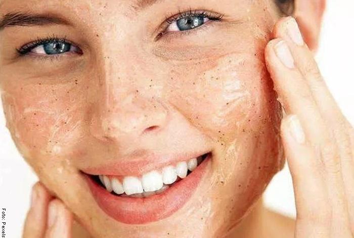 Foto de una mujer sonriendo para ilustrar las mascarillas para la cara con miel