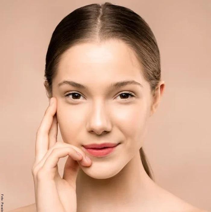 Foto de una mujer con el rostro suave