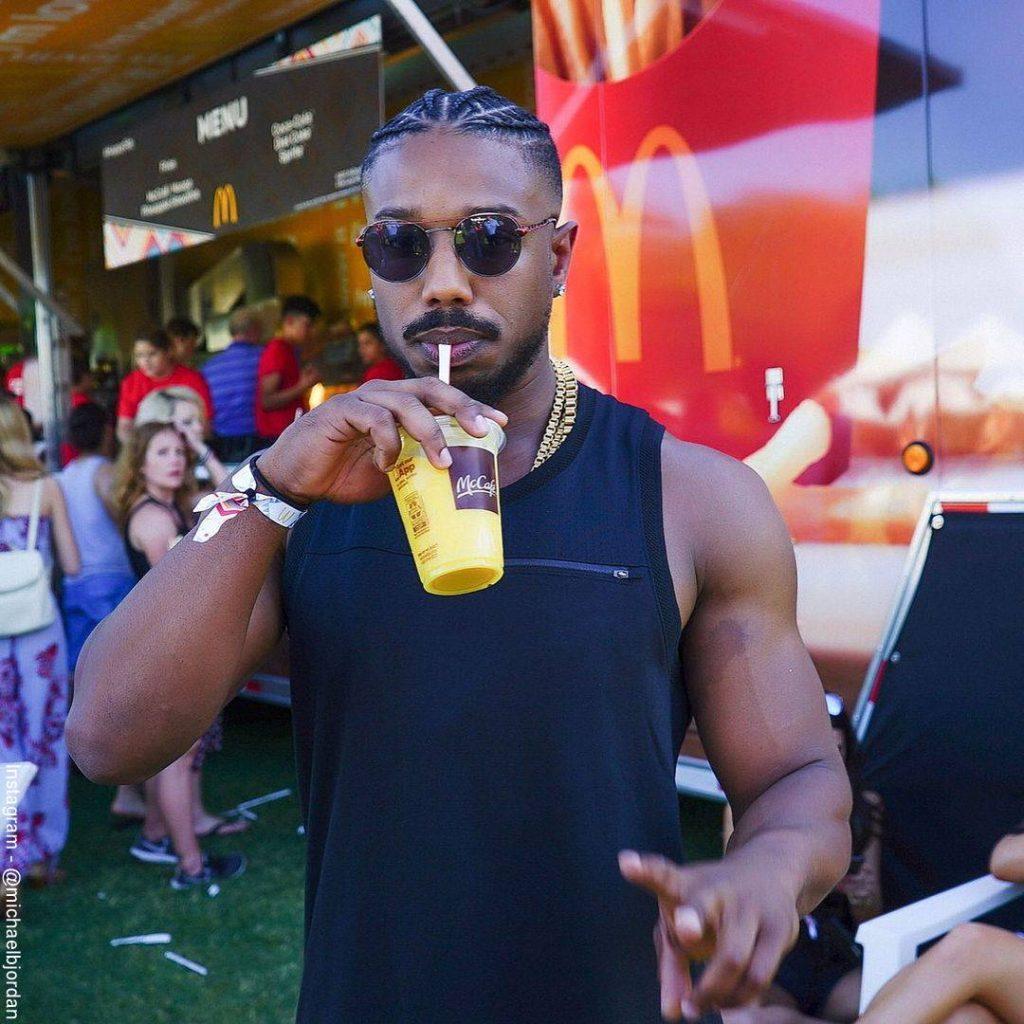 Foto de Michael B. Jordan tomando un jugo de naranja en Mc Donalds