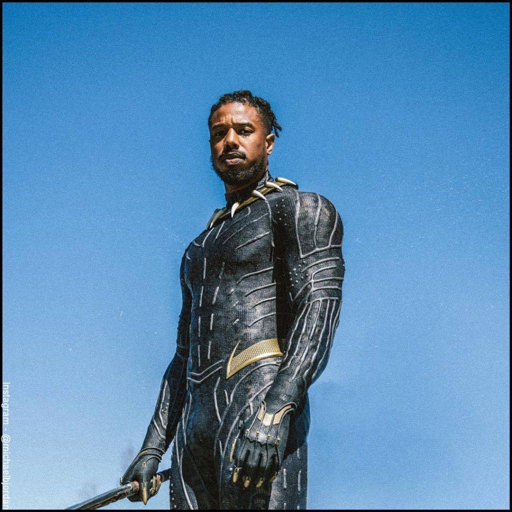 Foto de Michael B. Jordan personificando a Erik Killmonger en Pantera Negra