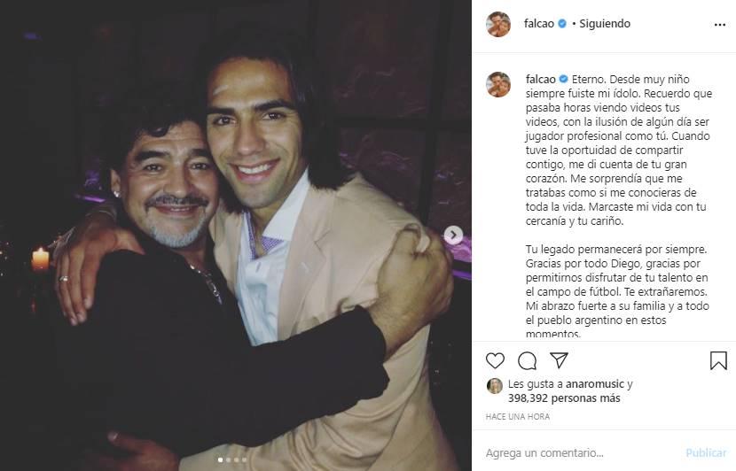 Foto del Tigre Falcao abrazando a Diego Armando Maradona