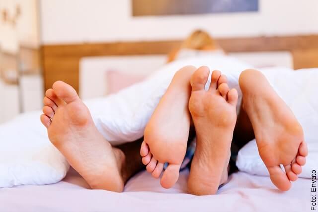foto de pies de pareja teniendo sexo
