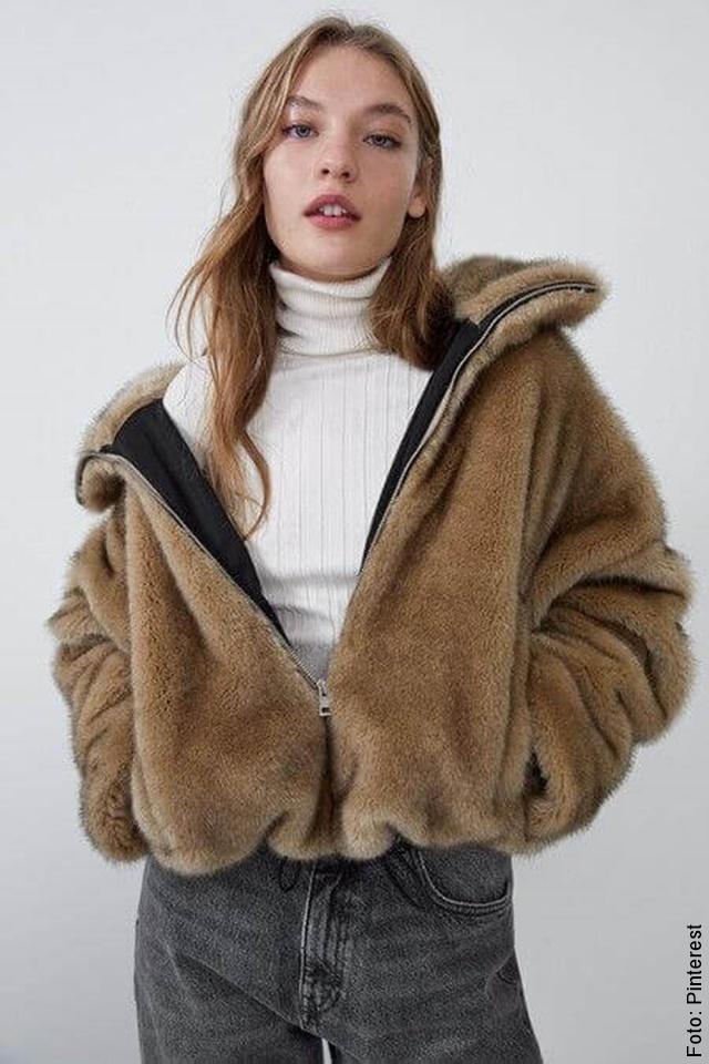 foto de mujer con abrigo peluche