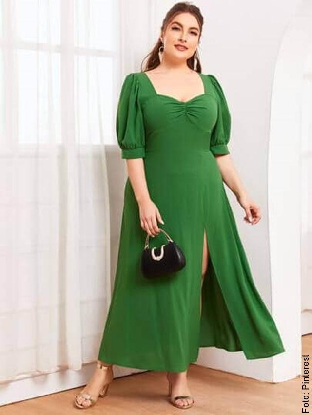 foto de mujer con vestido con abertura